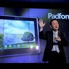 Jonney Shih en medio demuestra cómo es el Padfone Infinitive en el MWC 2013