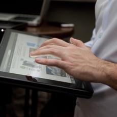 Tablet Toshiba U920t en una mano