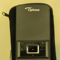 Mini proyector Optoma PK201 sobre su funda