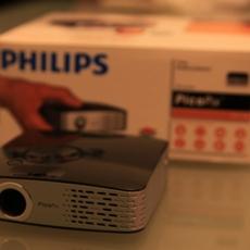 Philips Picopix 1430 junto a su embalaje