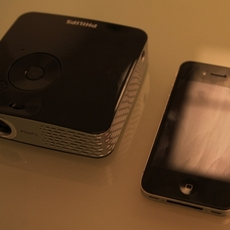 Comparación del Philips Picopix 1430 con un iPhone
