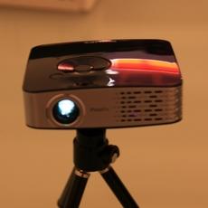 Microproyector Philips Picopix 1430 sobre su trípode