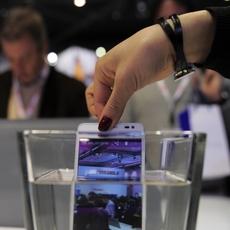 Huawei Ascend P2 sumergido en el agua