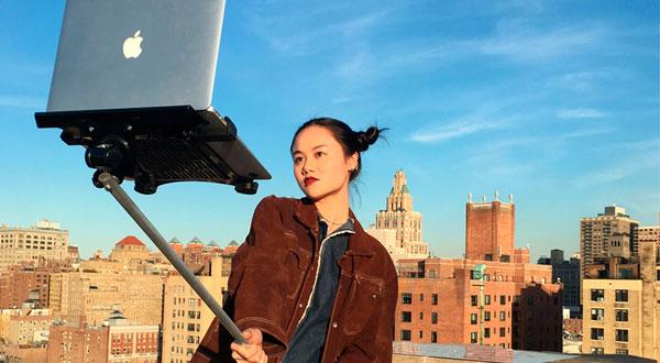 Artistas crean un palo de selfie para MacBook como una crítica a esta tendencia