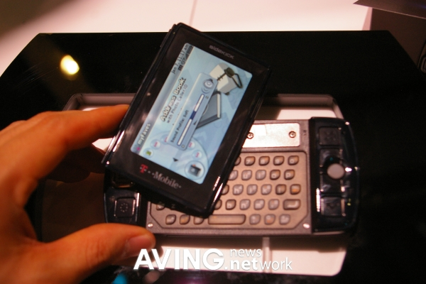Sharp presentó móvil con pantalla giratoria