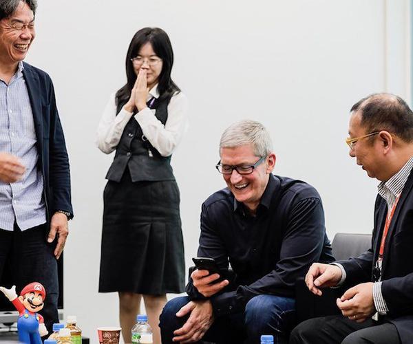 Tim Cook con Miyamoto en la sede de Nintendo