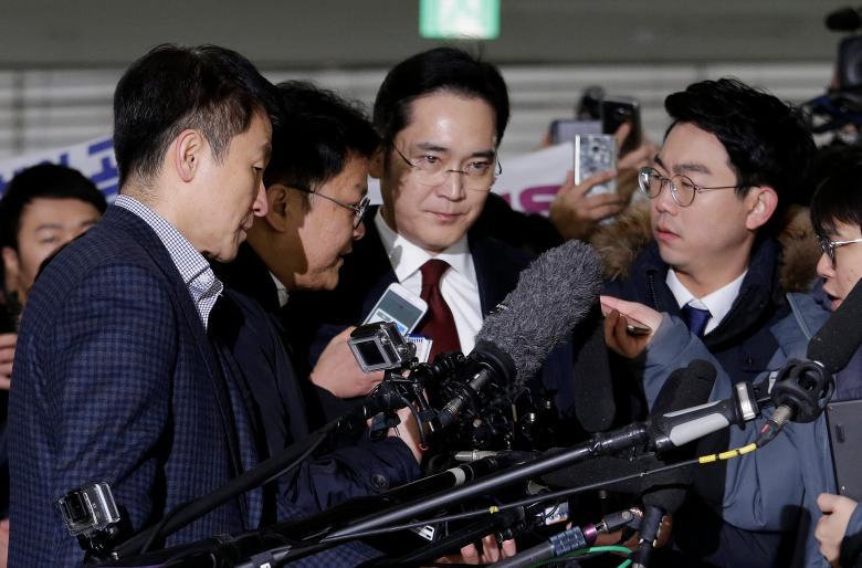 Jay Y. Lee (centro), vicepresidente de Samsung Electronicos siendo preguntado por los periodistas sobre su vinculación
