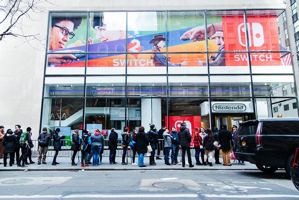 Gente esperando a comprar la Switch en la Nintendo Store de Manhattan el 3 de marzo