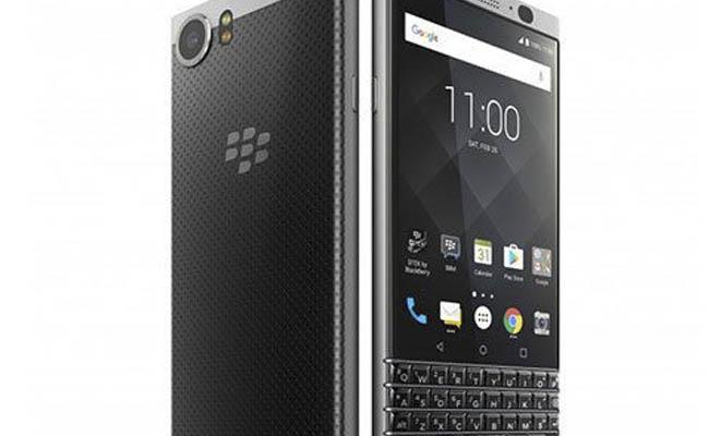 BlackBerry sigue apostando por los mercados emergentes con su nueva edición limitada del KEYone. No hace mucho que conocimos KEYone, la apuesta de BlackBerry que lo volvía a intentar con el teclado físico. A la vista de los acontecimientos el terminal debe estar funcionando correctamente, ya que próximamente vamos a asistir al lanzamiento de una nueva edición limitada. La nueva versión se conocerá bajo el nombre de Limited Edition Black, y como ya os estaréis imaginando, contará con un exterior en color negro. No habrá en esta ocasión posibilidad de elegir el diseño, quienes quieran optar por el nuevo KEYone