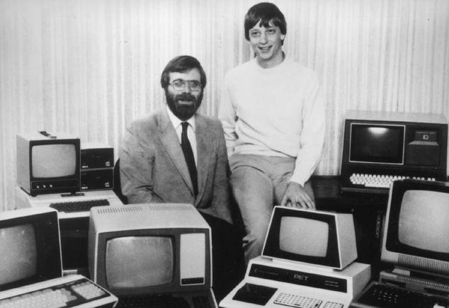 Bill Gates y Paul Allen posan delante de la tecnología más puntera de la época
