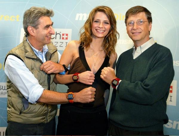 Bill Gates junto a Misha Barton y Nick Hayek Jr. presentando un smartwatch