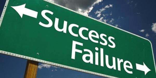 Señal indicando el camino hacia el éxito y el camino hacia el fracaso