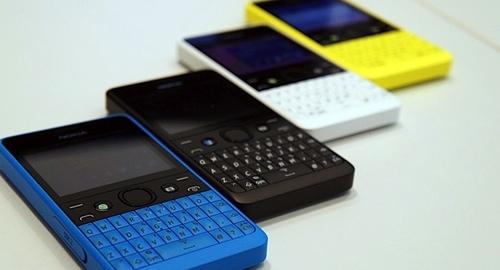 Nokia Asha 210 tiene un acabado en varias piezas de policarbonato