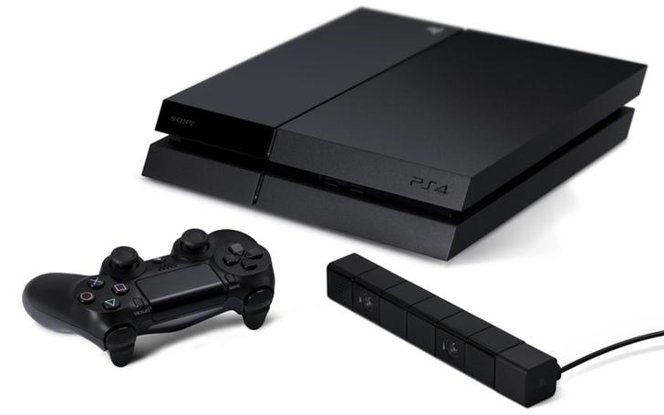 PlayStation 4 con el Dual Shock 4 y la cámara
