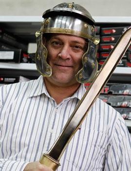 Ricardo se dedica a la venta de cuchillos<br> y espadas por internet