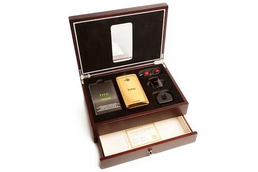 El HTC One Gold Edition junto a su caja de madera exclusiva