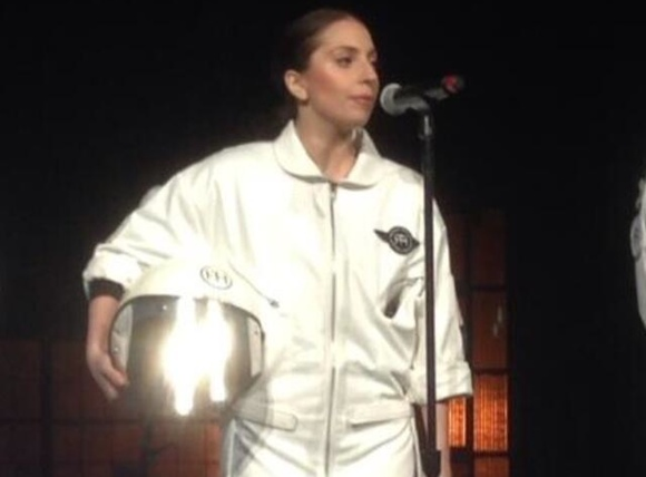 Lady Gaga Usa Un Vestido Volador Para Festejar Su Nuevo 225 Lbum