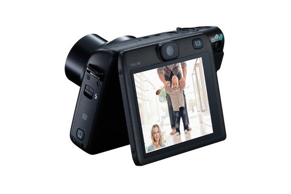 La PowerShot N100 presente dos cámaras en una, capturando los gestos de la persona que dispara