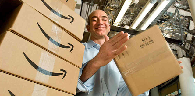 Jeff Bezos con un paquete de Amazon