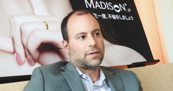 Noel Biderman, CEO de la empresa madre de Ashley Madison, cede a las presiones de los usuarios