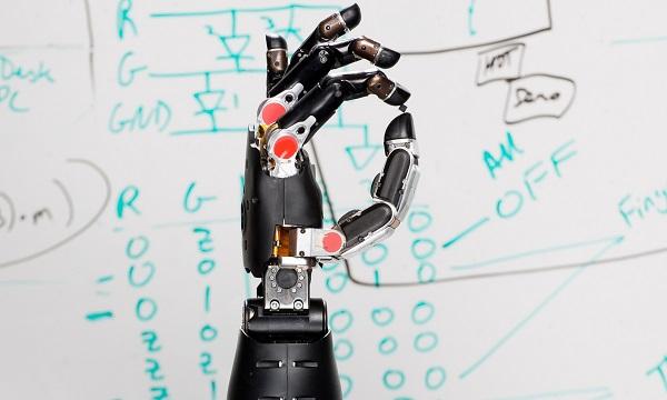 La mano desarrollada por DARPA