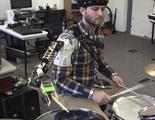 El músico biónico: Tres brazos para tocar la batería