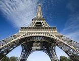 Estos rusos consiguen escalar la Torre Eiffel sin protección y lo graban con un dron
