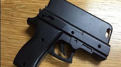 Detienen a un joven por llevar una funda de smartphone con forma de pistola