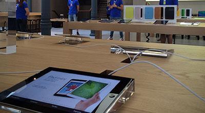 Detienen a ocho menores por robar en la Apple Store de Sol a base de morder cables
