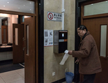 Instalan un dispensador de papel higiénico con reconocimiento facial para disuadir a los ladrones