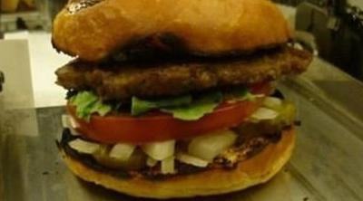 Un robot capaz de hacer 400 hamburguesas a la hora puede suponer el fin del empleo de baja cualificación