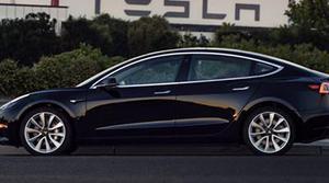 Sale el primer Tesla Model 3 de la línea de producción