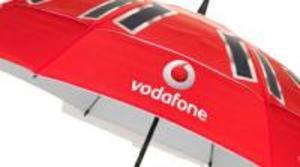 Vodafone presenta un paraguas que carga la batería del móvil