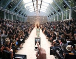 Apple contrata a la CEO de Burberry para potenciar sus tiendas