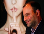 El CEO de Ashley Madison cede a las presiones de denuncias y hackers y renuncia a su puesto