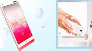 La compañía japonesa Kyocera lanza el primer smartphone que es resistente al jabón